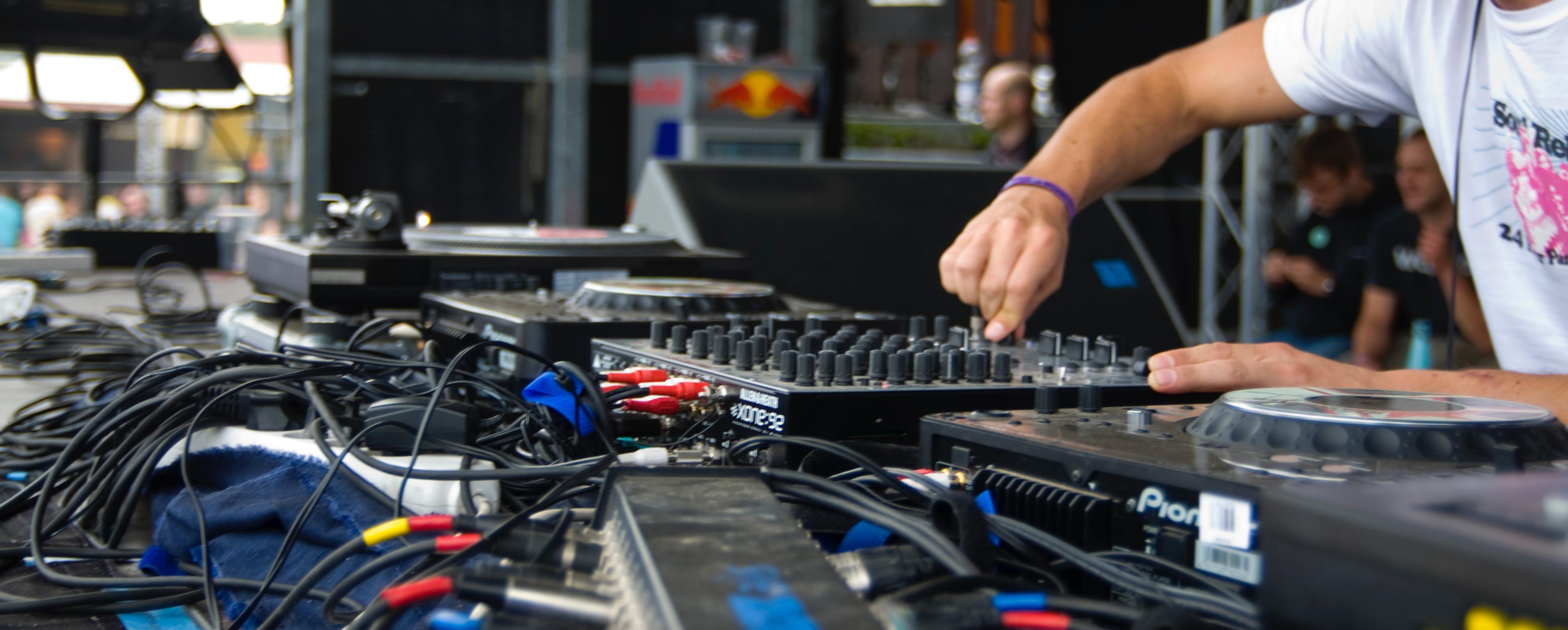 Der DJ Name Generator Verhilft Beim Start Einer Steilen Karriere