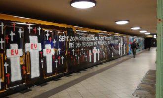 Wholecar mit politischem Graffiti in Berlin