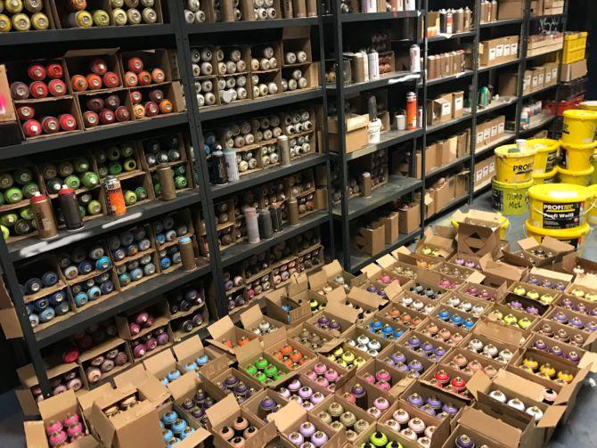 Farbdosen und Material