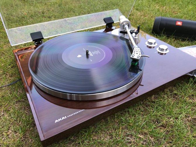 Mit dem Akai BT500 im Garten Schallplatten via Bluetooth hören