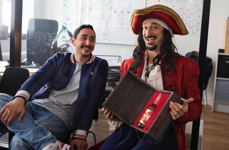 Der Captain und Eko auf dem Amt