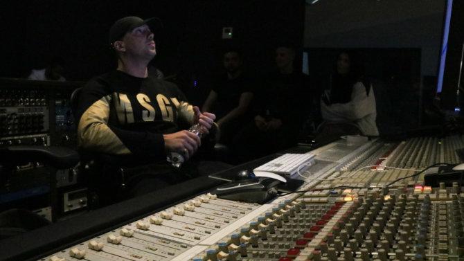 """RAF Camora spielt sein Album """"Anthrazit"""" vor"""