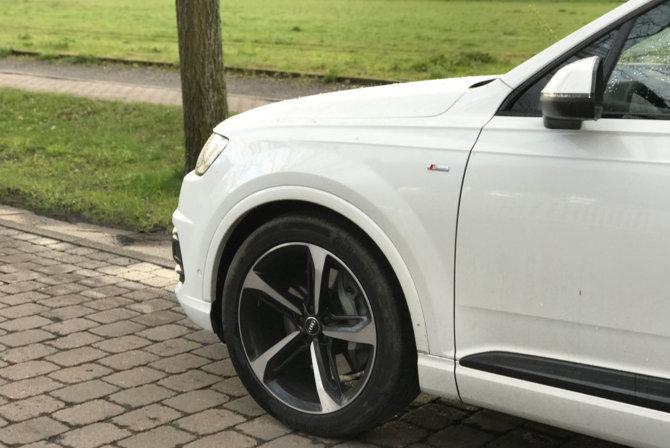 Alu-Gussräder im 5-Speichen-Blade-Design schwarz glänzend. Knapp 1200,- Euro Aufpreis