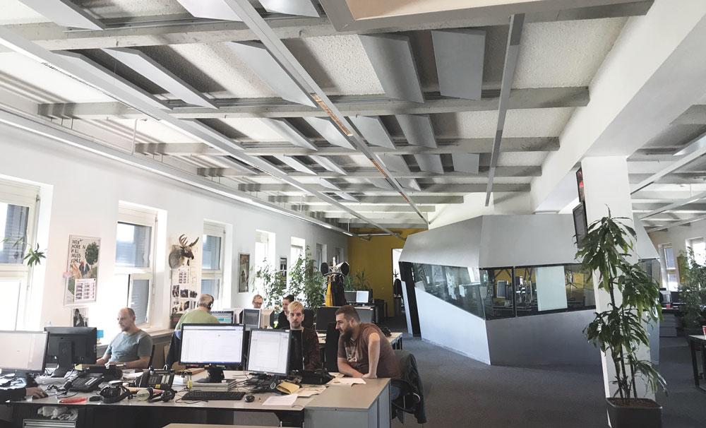 Die FM4 Redaktion und das Studio in der Mitte
