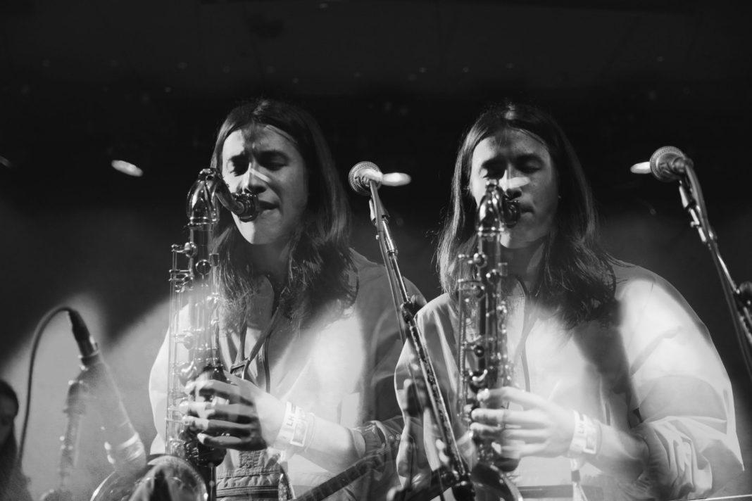 Mensch spielt Saxophon, gedoppelte Abbildung durch Projektion