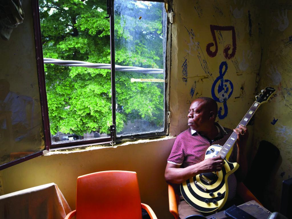 Kasai Allstars - Mopero Mupemba (c) Benoît Van Mael - Blick aus dem Fenster ins satte Grün. In dieser Region des Kongo gibt es in der Regenzeit manchmal Tage mit 24 Stunden non-stop schweren Regenfällen.